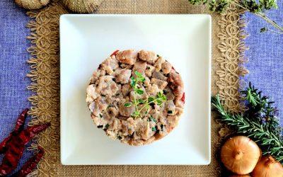 Tartar de atún con pimientos y arroz negro
